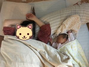 パパ部 パパは君が好き。君もパパが好き。-同じ格好をして眠る親子